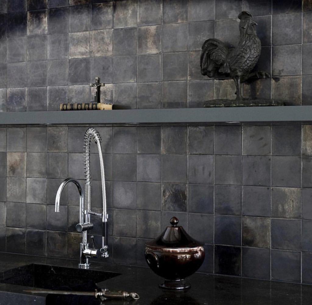 Темно-серая плитка для оформления тсен глянец