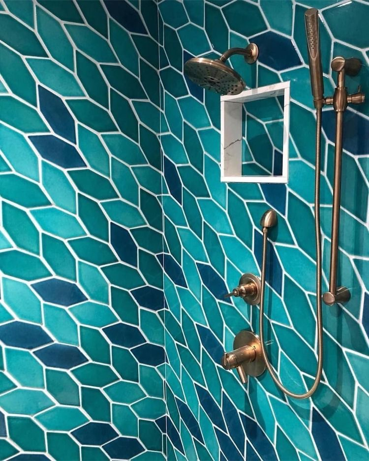 Сочетание различных оттенков синего и зеленого на плитке в ванной