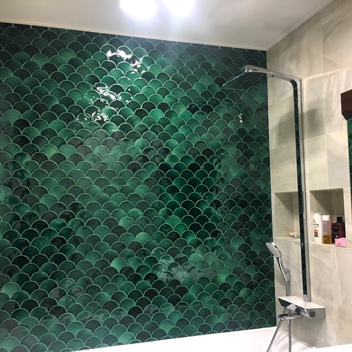 Выкладка стены керамической плиткой мурена в ванной