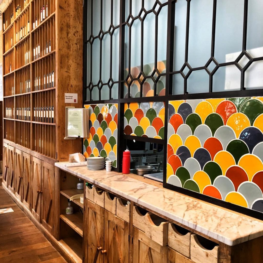Отделка раздаточной зоны в кафе керамической плиткой