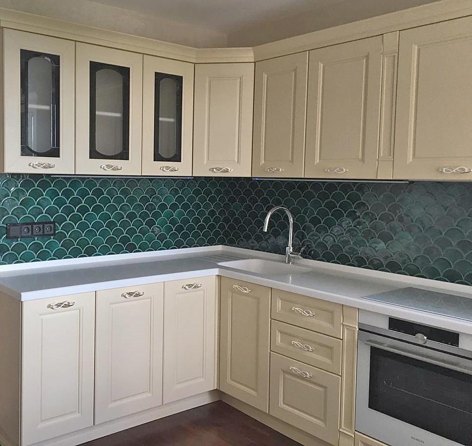 Темно-зеленая плитка кухонного фартука