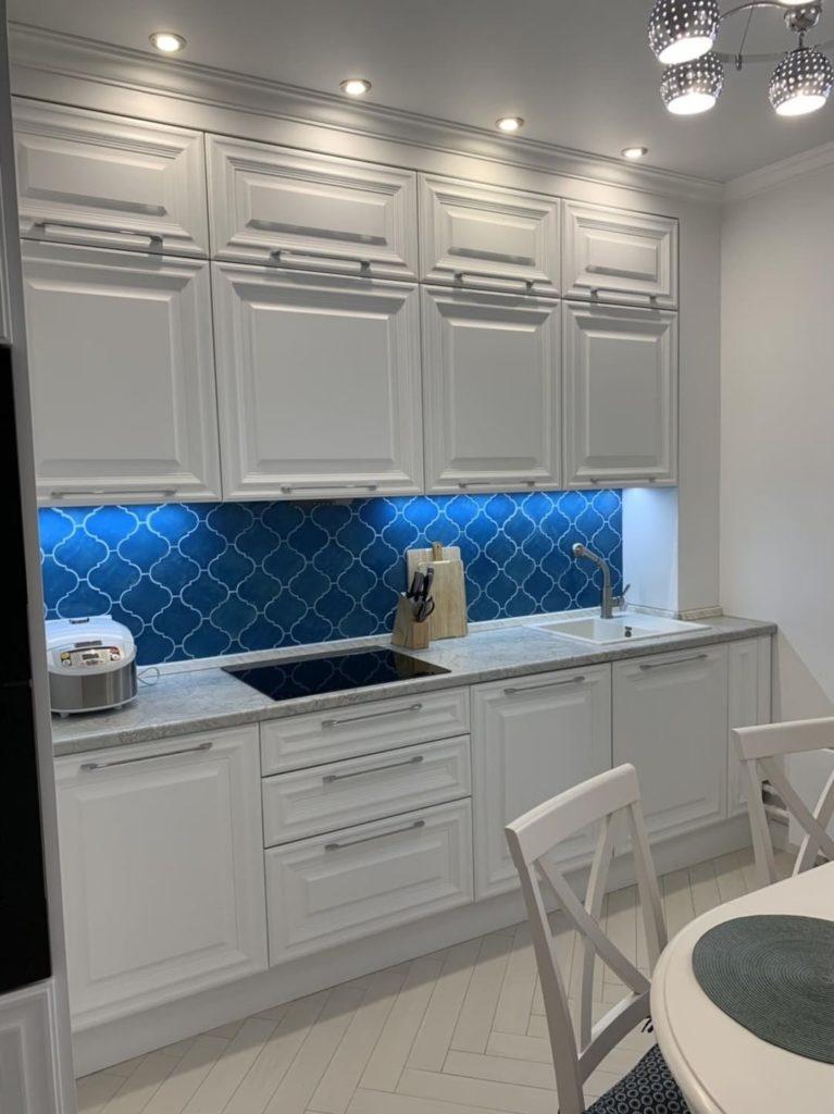 Фартук на кухне из керамической плитки голубой