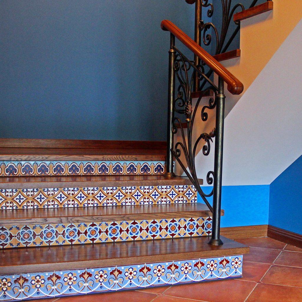 Рельефная плитка с цветным принтом