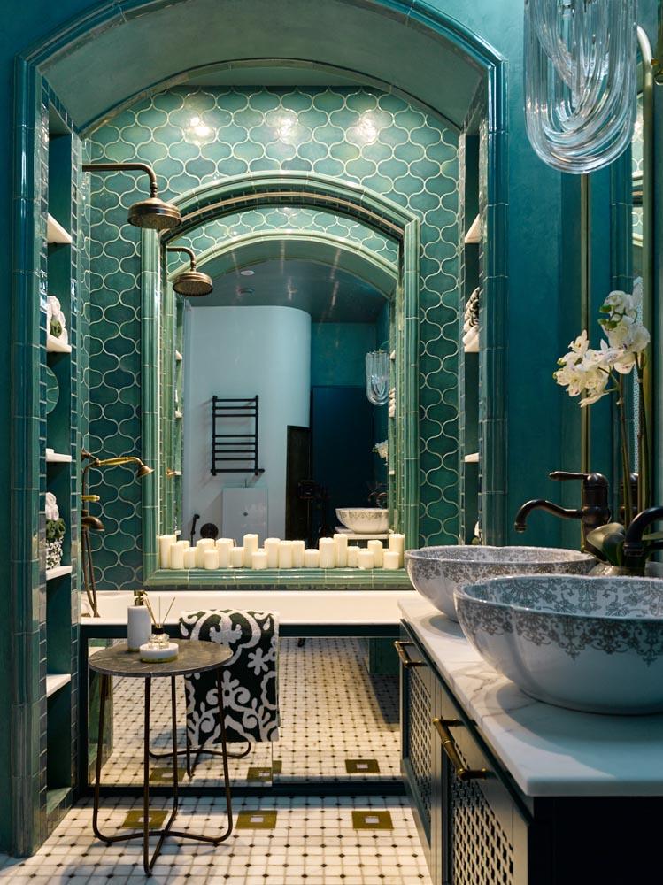 Богатое убранство ванной комнаты керамической плиткой ручной работы
