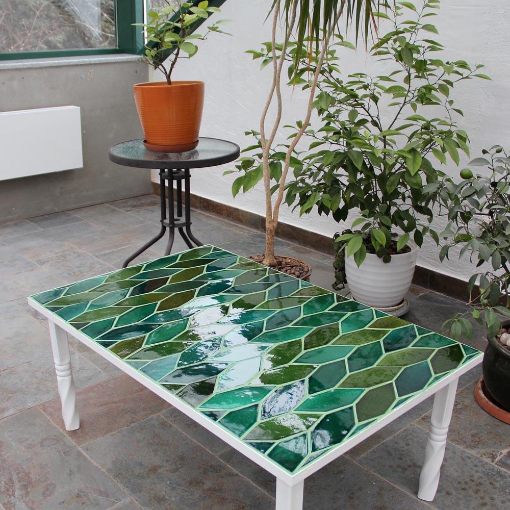 Оформление журнального столика керамической плиткой с оттенками разных цветов