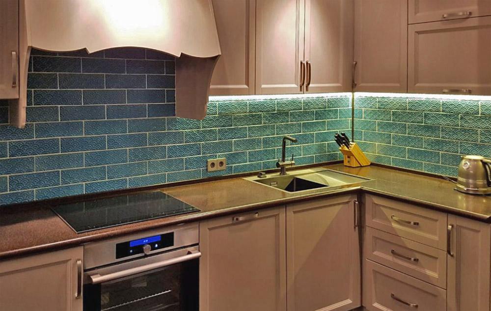 Бирюзовая плитка в интерьере кухни