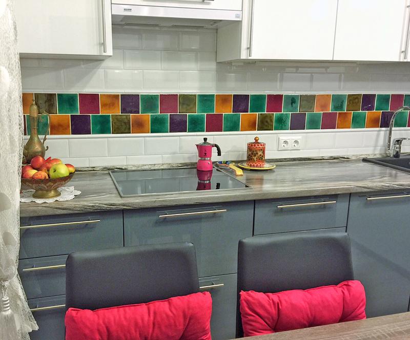 Декор из керамической плитки для рабочей зоны на кухне
