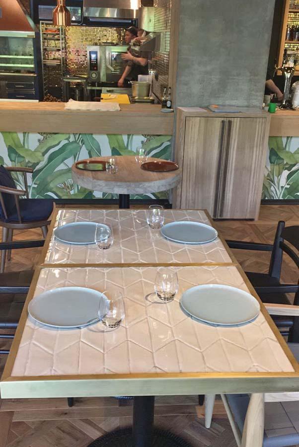 Бежевая плитка ручной работы для покрытия обеденного стола