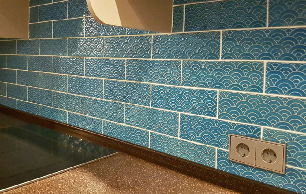 Голубая плитка на кухне