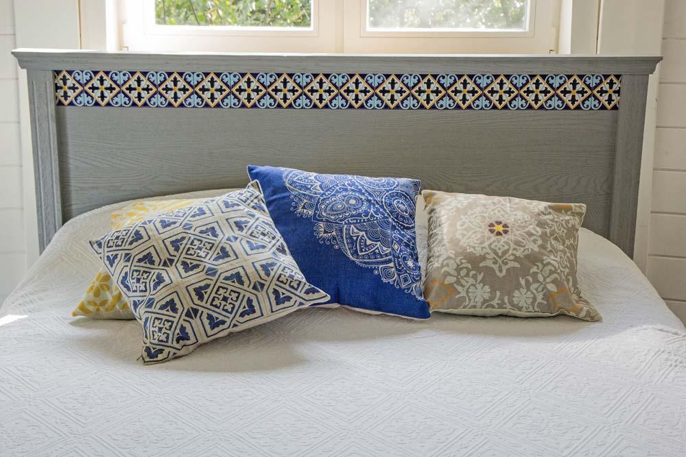 Дизайнерская плитка на спинке кровати