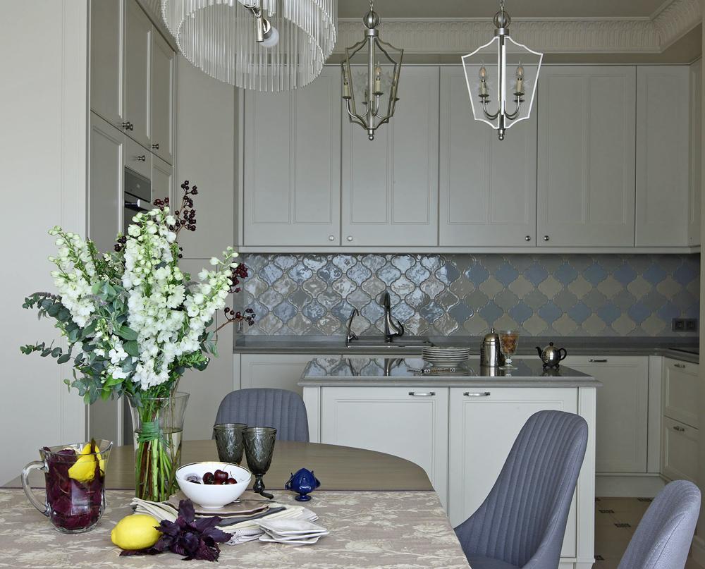 Серо-голубая плитка для кухни
