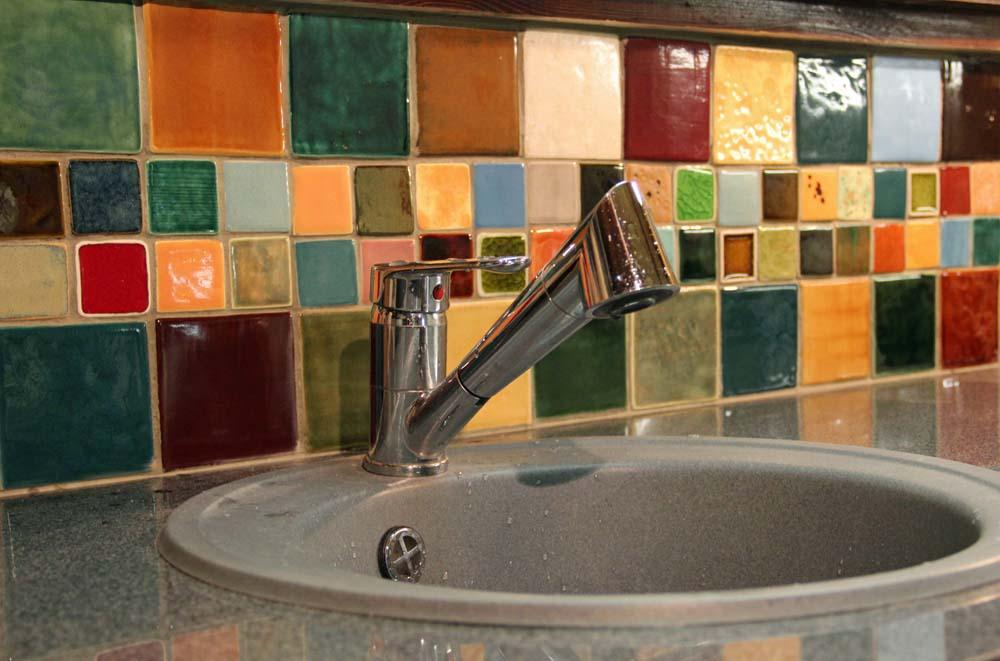 Яркий принт из керамической плитки на кухне