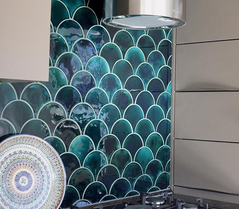 Бирюзовая керамическая плитка на кухне