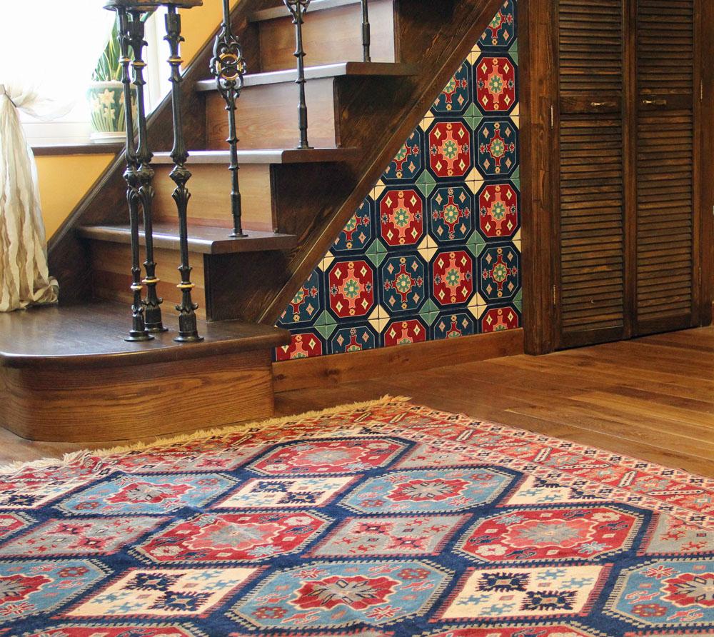 Декор ниши под лестницей кремической плиткой