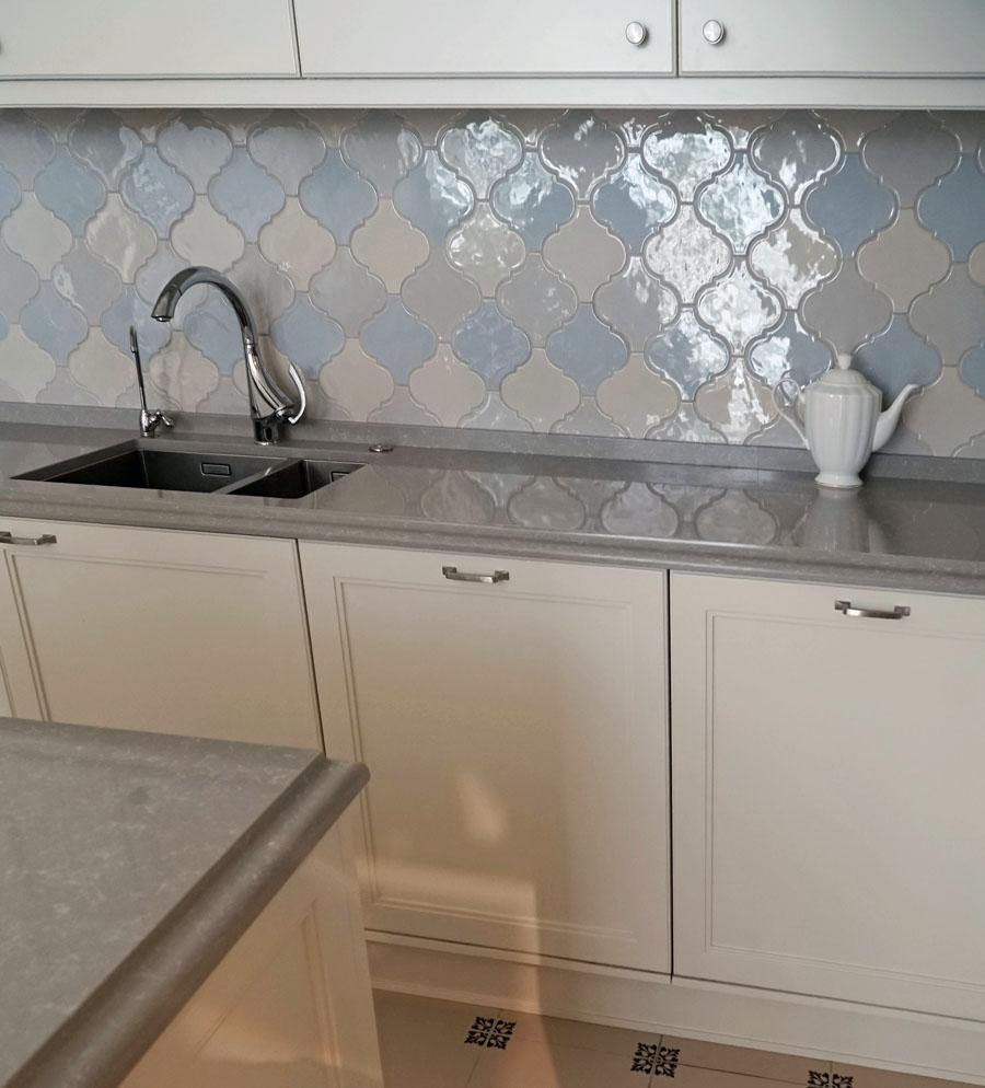 Фоновая плитка пастельных тонов на кухне