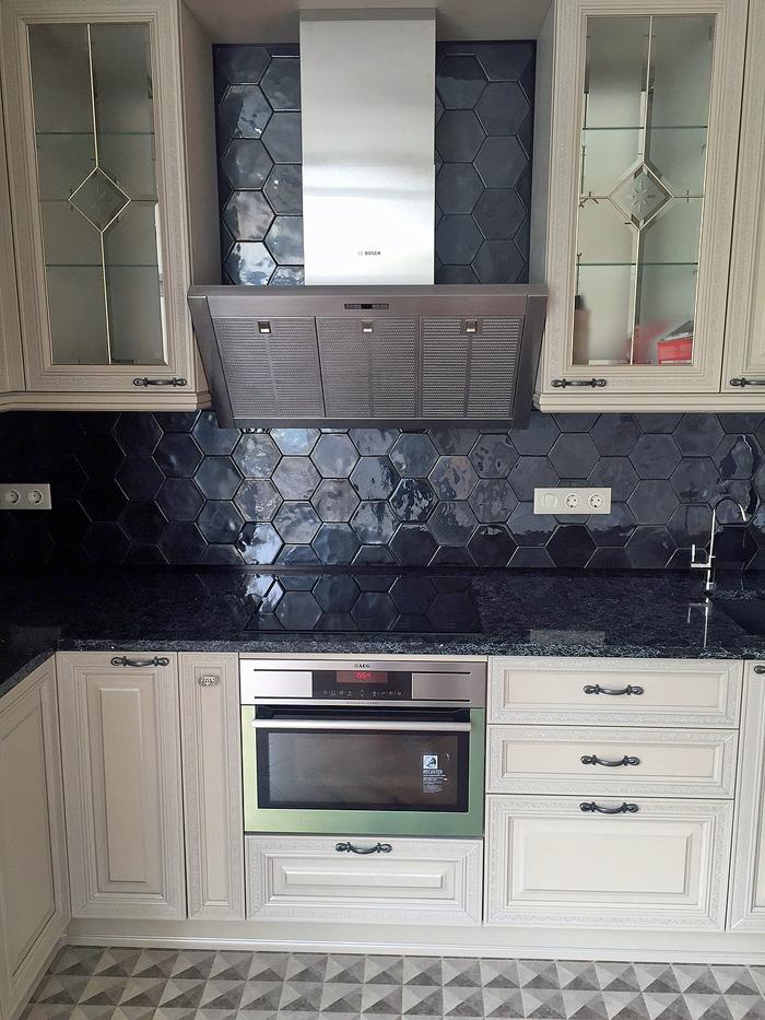 Фартук из плитки на кухне черный глянец