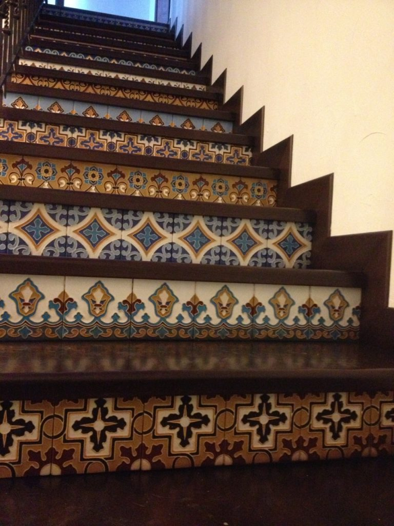 рельефная керамическая плитка с принтом