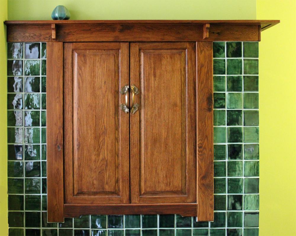 Маленькие квадраты зеленой плитки на стене
